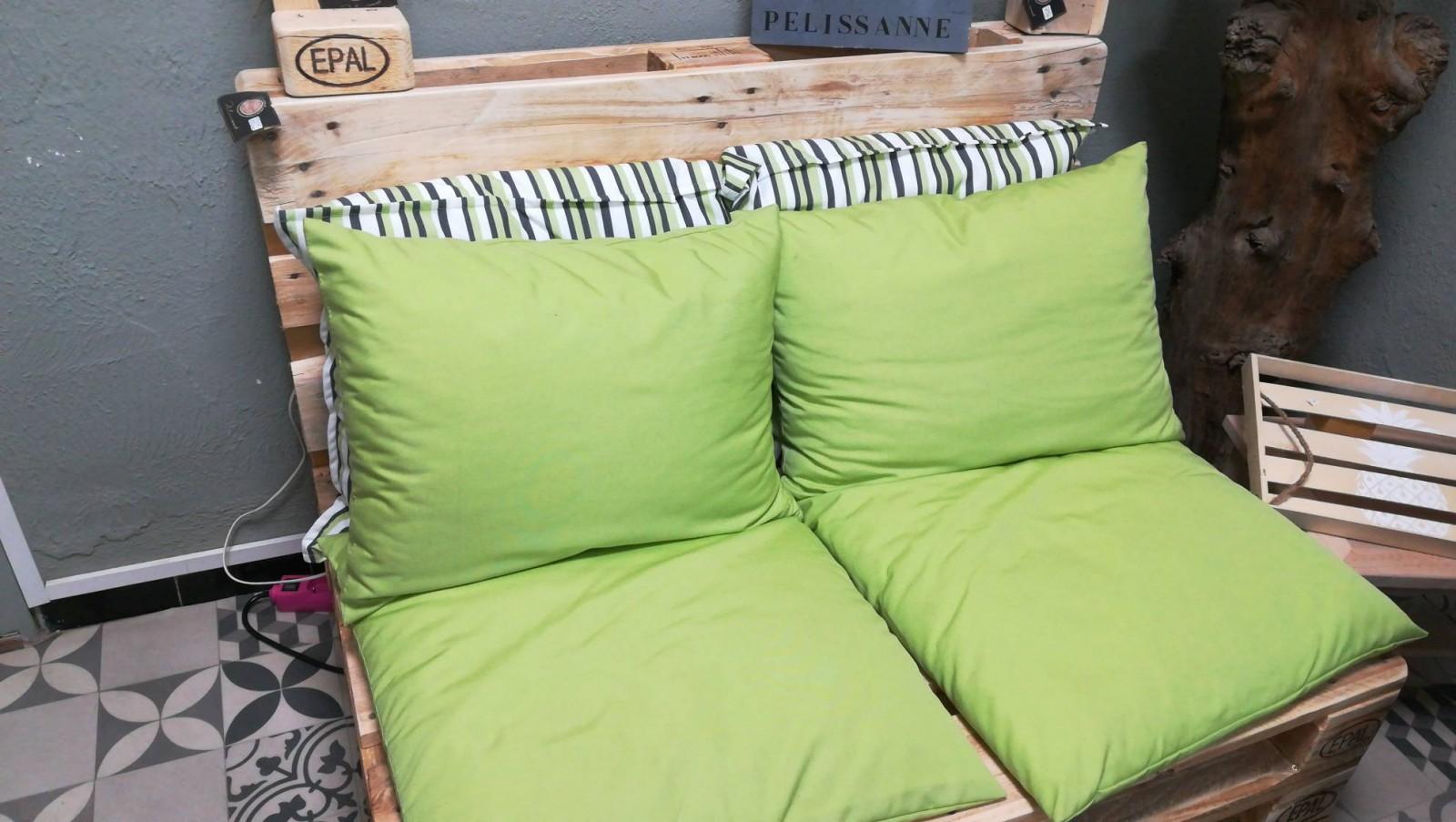 Salon de jardin avec canapé original en bois palette sur ...